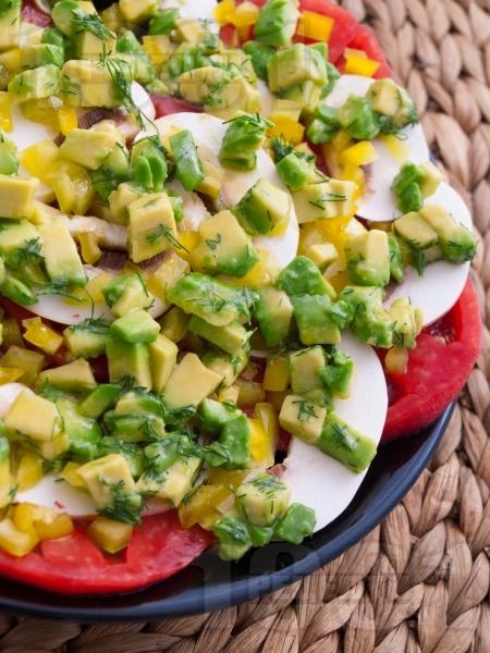 Редена салата с домати, гъби и авокадо - снимка на рецептата